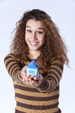 Junge Frau, die ein kleines Haus anhält lizenzfreie stockfotos