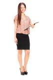 Junge Frau, die ein Klemmbrett hält Lizenzfreies Stockfoto