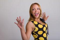 Junge Frau, die ein lustiges Gesicht bildet Lizenzfreie Stockfotografie
