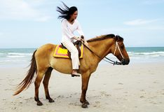 Junge Frau, die ein Pferd reitet Lizenzfreie Stockfotografie