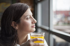 Junge Frau, die ein Pint harten Apfelwein trinkt stockbilder