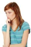 Junge Frau, die an ein Problem denkt Lizenzfreie Stockfotografie
