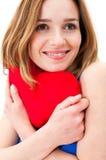 Junge Frau, die ein rotes Herz hält lizenzfreie stockfotos