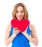 Junge Frau, die ein rotes Herz hält stockfotos