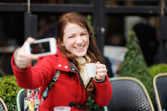 Junge Frau, die ein selfie mit intelligentem Telefon nimmt Stockfoto