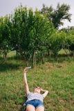 Junge Frau, die ein selfie nimmt Lizenzfreies Stockbild