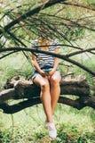 Junge Frau, die ein smartphone verwendet Stockbild
