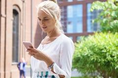 Junge Frau, die ein smartphone verwendet Lizenzfreies Stockbild