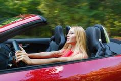 Junge Frau, die ein Sportauto fährt Lizenzfreie Stockfotografie