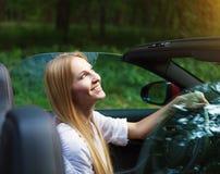 Junge Frau, die ein Sportauto fährt Stockfotografie
