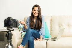 Junge Frau, die ein Videoblog notiert Stockbilder