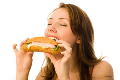 Junge Frau, die ein Würstchen isst Lizenzfreies Stockbild
