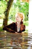 Junge Frau, die ein Zaun anhält. stockfoto