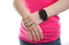 Junge Frau, die eine Apple-Uhr trägt Stockbilder