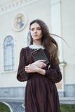 Junge Frau, die eine Bibel hält Stockfotografie
