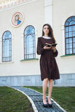 Junge Frau, die eine Bibel hält Stockbilder