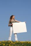 Junge Frau, die eine Fahne anhält Lizenzfreie Stockbilder