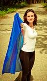 Junge Frau, die eine Flagge hält Lizenzfreies Stockfoto