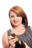 Junge Frau, die eine Flasche Champagner öffnet Stockfotografie