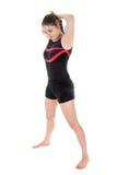 Junge Frau, die eine gymnastische Übung vorbereitet Lokalisiert über Weiß Lizenzfreies Stockfoto