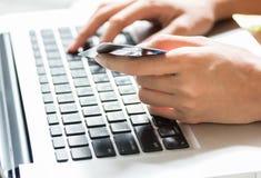 Junge Frau, die eine Kreditkarte und ein Schreiben hält Lizenzfreie Stockfotos