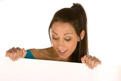 Junge Frau, die eine Leerplatte anhält Lizenzfreie Stockbilder