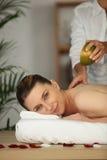 Junge Frau, die eine Massage hat Stockfotografie