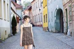 Junge Frau, die in eine mittelalterliche Stadt geht Lizenzfreie Stockfotografie