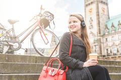 Junge Frau, die eine Pause in Hamburg macht stockfotografie