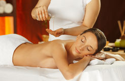 Junge Frau, die eine Rückenmassage hat Lizenzfreie Stockbilder
