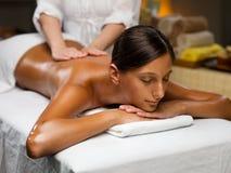 Junge Frau, die eine rückseitige Massage hat Lizenzfreie Stockfotos