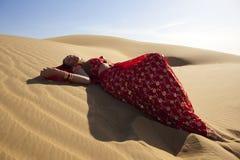 Junge Frau, die eine Sari trägt. lizenzfreies stockfoto