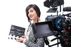 Junge Frau, die eine Schindel h?lt Videokamera, auf dem wei?en Hintergrund stockfotos