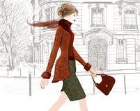 Junge Frau, die in eine Straße von Paris geht Stockbilder