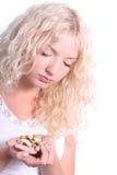 Junge Frau, die eine Tablette nimmt Lizenzfreie Stockfotografie