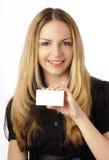 Junge Frau, die eine unbelegte Karte anhält Lizenzfreie Stockfotografie