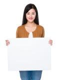 Junge Frau, die eine weiße Fahne anhält Lizenzfreie Stockbilder