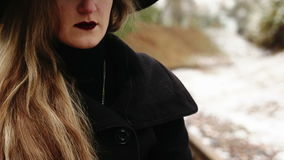 Junge Frau, die eine Zigarette raucht stock video