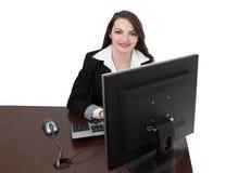 Junge Frau, die an einem Computer arbeitet Stockfotografie