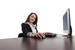 Junge Frau, die an einem Computer arbeitet Lizenzfreies Stockfoto
