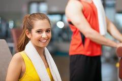 Frau, die in einem Fitness-Club lächelt stockfotografie