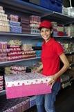 Junge Frau, die in einem Geschenkkastenspeicher arbeitet Lizenzfreie Stockfotografie
