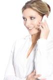 Junge Frau, die an einem Handy spricht Stockbild