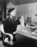 Junge Frau, die in einem Kaufhaus sitzt und Strümpfe hält (alle dargestellten Personen sind nicht längeres lebendes und kein Zust stockbild