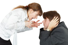 Junge Frau, die an einem Mann schreit Stockfotografie