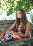 Junge Frau, die an einem Sommertag träumt Stockbilder