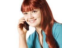 Junge Frau, die an einem Telefon spricht stockbild