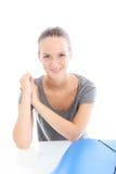 Junge Frau, die an einem Tisch sitzt Lizenzfreies Stockfoto