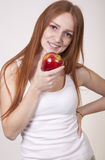 Junge Frau, die einen Apfel isst Stockfoto
