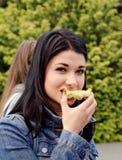 Junge Frau, die einen Apfel isst stockfotos